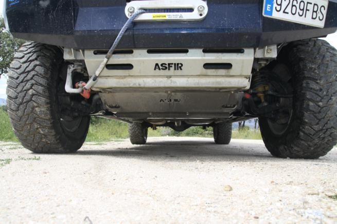 La barra de dirección y carter se encuentran bien protegidos gracias al  protector Asfir de duraluminio. Quizá sea esta la primera modificación a  realizar a un vehículo que se inicia en las escapadas al campo.