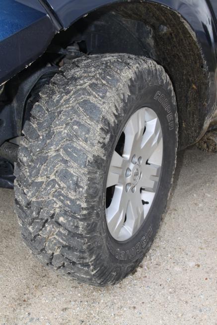 Los efectivos neumáticos Cooper Discoverer STT, aseguran una gran  tracción en casi todos los terrenos.