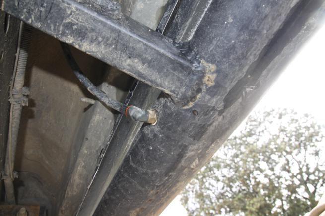Las endebles estriberas originales han sido sustituidas por unas mas  robustas, construidas por TMX que sirven además como calderín para el  compresor. Los racores de se encuentran bien protegidos tras los soportes de  las estriberas