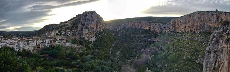 Chulilla se alza sobre un paisaje de indudable belleza, descolgándose por la ladera de un peñón a los pies del castillo en una de las hoces del río Turia